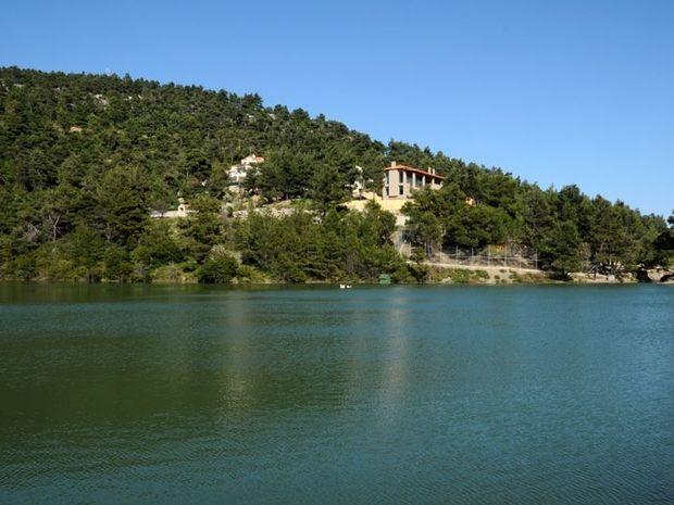 Η άγνωστη λίμνη που βρίσκεται μισή ώρα από την Ομόνοια