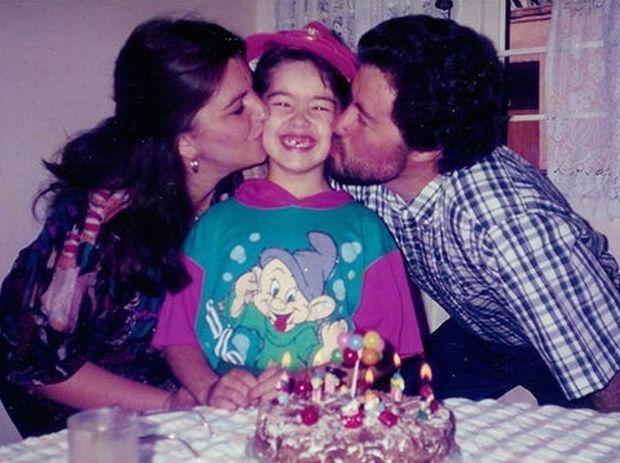 Αυτό το κορίτσι έβγαζε την ίδια φωτογραφία με τους γονείς της μέχρι που έφτασε 27!