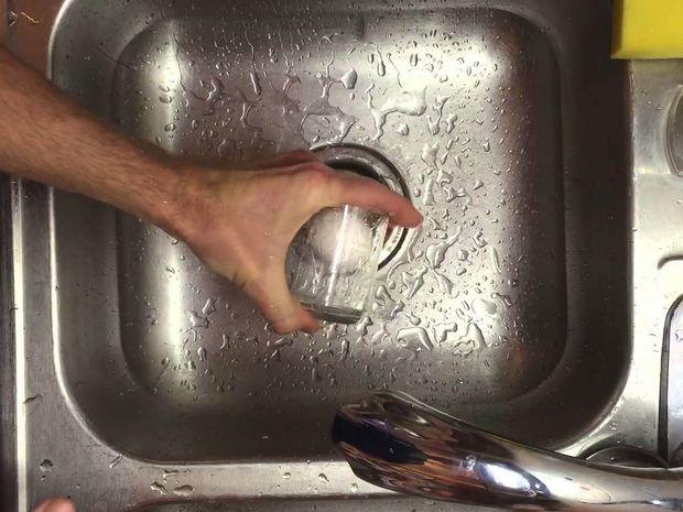 Βάζει ένα βραστό αυγό μέσα σε ένα ποτήρι. Ο λόγος ; Δεν πάει το μυαλό σας!