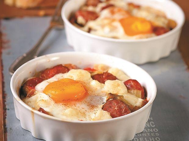Σαγανάκι φούρνου με λουκάνικο, πιπεριά, πράσο και αβγά