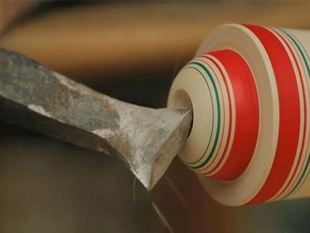 Δείτε πως ένα κομμάτι περιστρεφόμενου ξύλου μετατρέπεται σε παραδοσιακό έργο τέχνης (video)