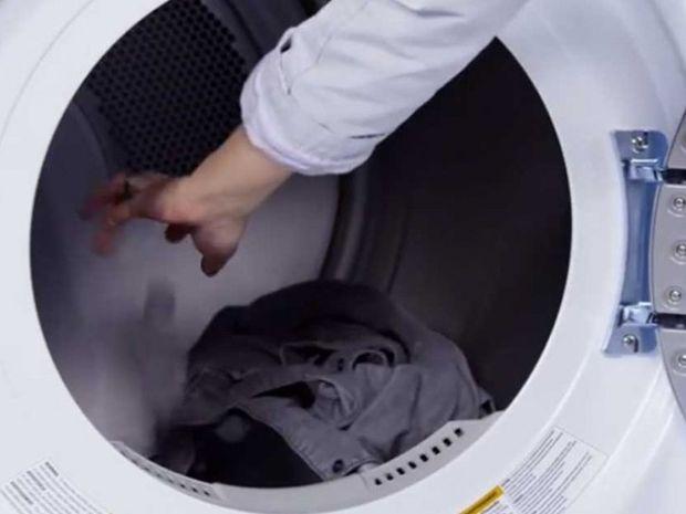 Το έξυπνο κόλπο με τα παγάκια στο πλυντήριο ρούχων (βίντεο)