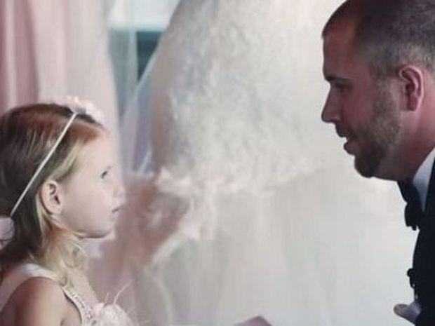 Συγκινητικό: Γαμπρός δίνει όρκους αγάπης στη γυναίκα του και την κόρη της!(βίντεο)