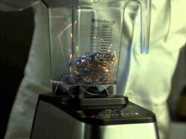 Μοναδικό: Τι συμβαίνει όταν βάζεις μερικούς μαγνήτες μέσα σε ένα μπλέντερ; (video)