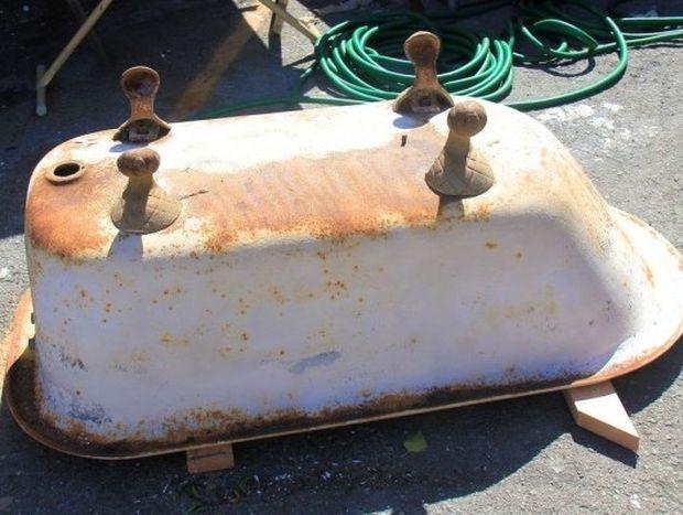 ΠΑΝΕΜΟΡΦΟ: Βρήκε μια παλιά μπανιέρα και αποφάσισε να την χρησιμοποιήσει! Την έκοψε στην μέση..