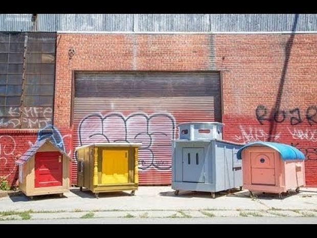 Μαζεύει αντικείμενα από σκουπίδια και φτιάχνει σπίτια για αστέγους! (Βίντεο)