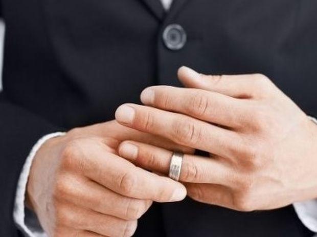 Απιστία: Ποιες γυναίκες προτιμούν οι παντρεμένοι