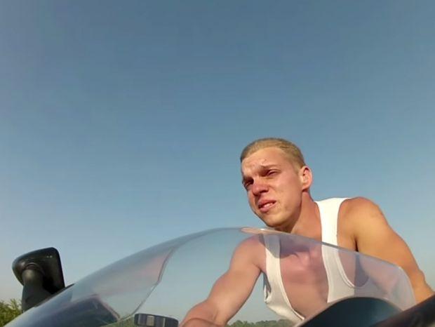 Έτρεχε με 250 km/h χωρίς κράνος και στολή και δείτε πώς έγινε το πρόσωπο του! (Βίντεο)