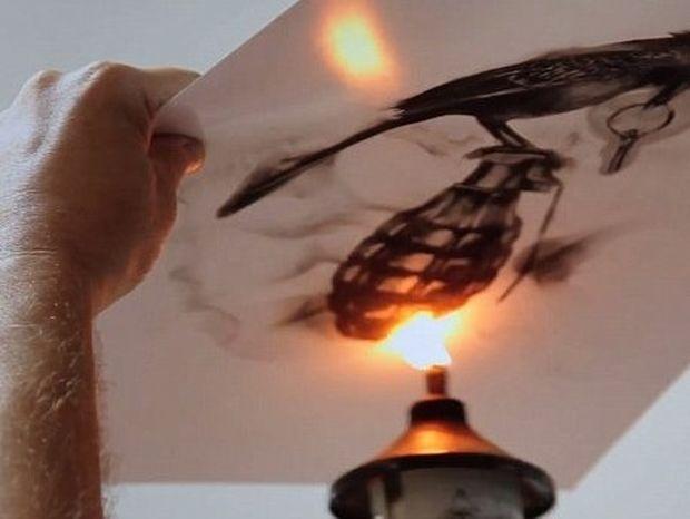 Δείτε τον άνθρωπο που ζωγραφίζει χρησιμοποιώντας τη φωτιά! (βίντεο)