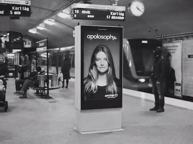 Μοιάζει με μια συνηθισμένη πινακίδα... Δείτε τι θα γίνει μόλις περάσει το τρένο…