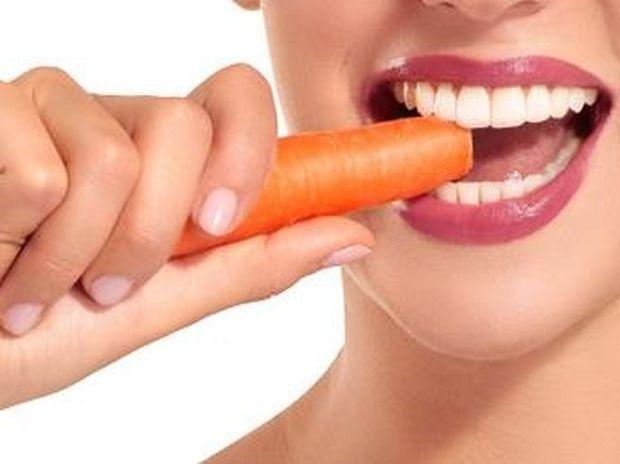 Δες τι πρέπει να τρως για να έχεις λευκά δόντια