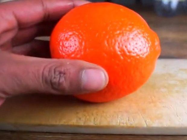 Ο πιο εύκολος και γρήγορος τρόπος για να ξεφλουδίσετε ένα πορτοκάλι! (βίντεο)