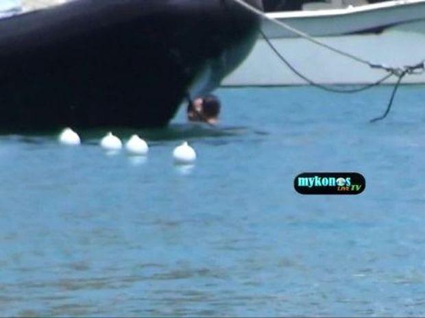 Τους έπιασε η κάμερα να ερωτοτροπούν πίσω από μια βάρκα! Ποιοι είναι;