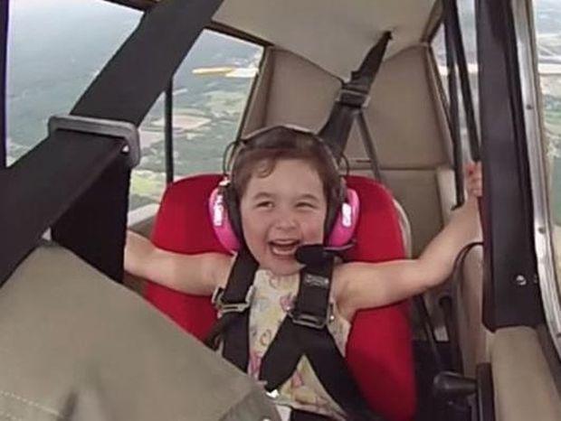 Αυτή η μικρούλα σίγουρα θα σας φτιάξει τη μέρα με την αντίδρασή της στο αεροπλάνο!
