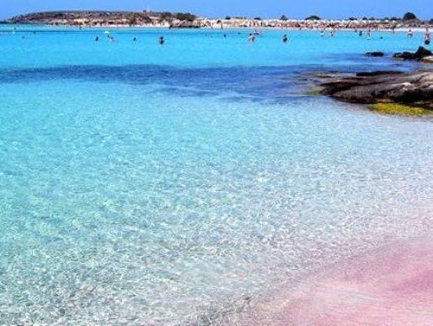 Οι 2 παραλίες της Ελλάδας με τη ροζ άμμο -Πώς η αμμουδιά πήρε αυτό το χρώμα [εικόνες]