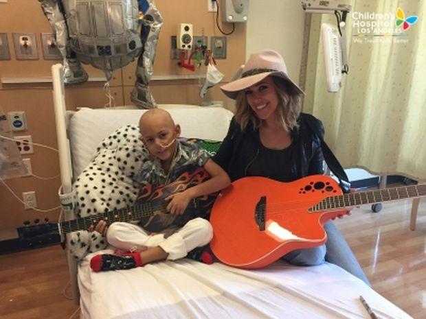 Δύναμη ψυχής! Θα δακρύσετε με το τραγούδι αυτού του μικρού αγοριού με καρκίνο (βίντεο)