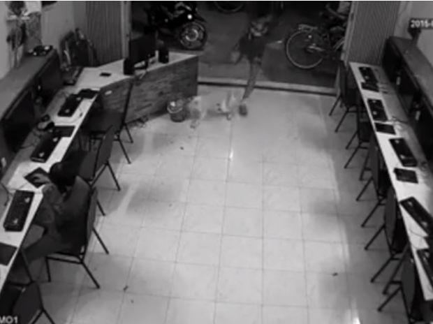 Το κάρμα εκδικείται! Δείτε τι έπαθε αυτός ο άντρας όταν πήγε να κλωτσήσει ένα σκύλο! (video)