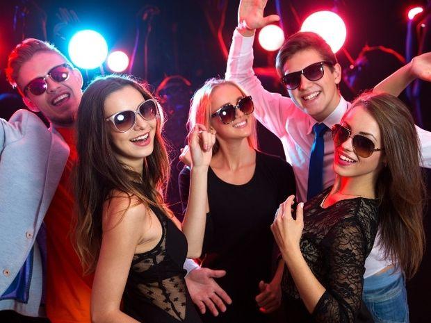 Ζώδια και πάρτι: Ποιο είναι party animal και ποιο θα… νυστάξει πρώτο;