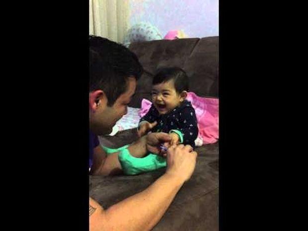 Απίθανο! Αυτή η μικρούλα τρολάρει τον μπαμπά της ενώ της κόβει τα νύχια και ξεκαρδίζεται! (video)