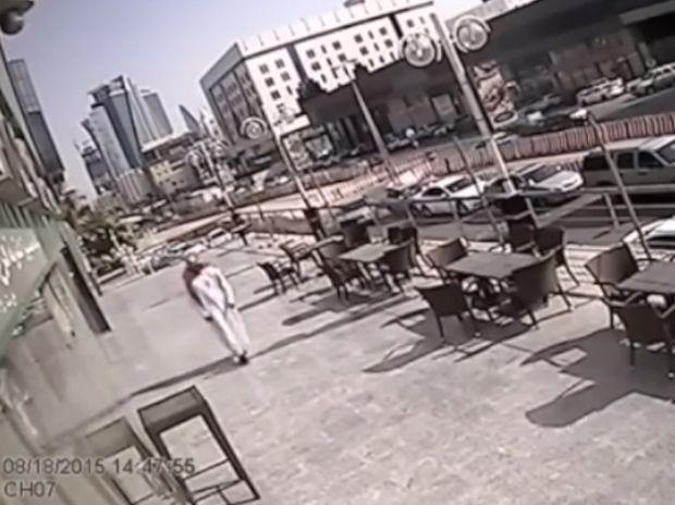 Γλίτωσε από θαύμα! Περπατούσε στο δρόμο όταν συνέβη κάτι απίστευτο! (video)