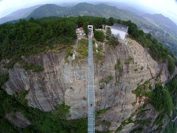 Δείτε την εντυπωσιακή γυάλινη γέφυρα στην Κίνα που κόβει την ανάσα! (photos)