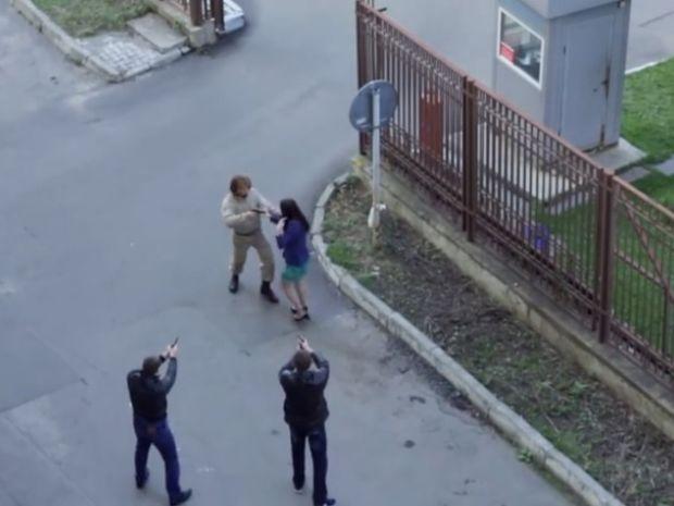 Ο στρατιώτης έτρεξε να σώσει τη γυναίκα χωρίς να ξέρει ότι γύριζαν ταινία! (video)