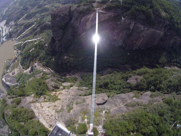 Απίστευτο! Τρόμος στον… αέρα: Ράγισε η μεγαλύτερη γυάλινη γέφυρα της Κίνας