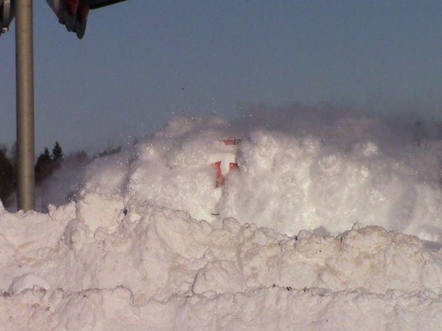 Δε φαντάζεστε τι συμβαίνει όταν ένα τρένο περάσει με μεγάλη ταχύτητα μέσα από ένα μέτρο χιόνι! (video)