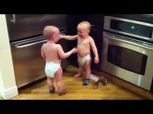 Η συζήτηση ανάμεσα στα δίδυμα αδερφάκια είναι ό,τι πιο γλυκό θα δείτε σήμερα! (video)