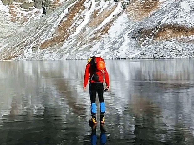 Εντυπωσιακό! Δε φαντάζεστε τι αντίκρυσαν οι πεζοπόροι στα παγωμένα νερά της λίμνης! (video)