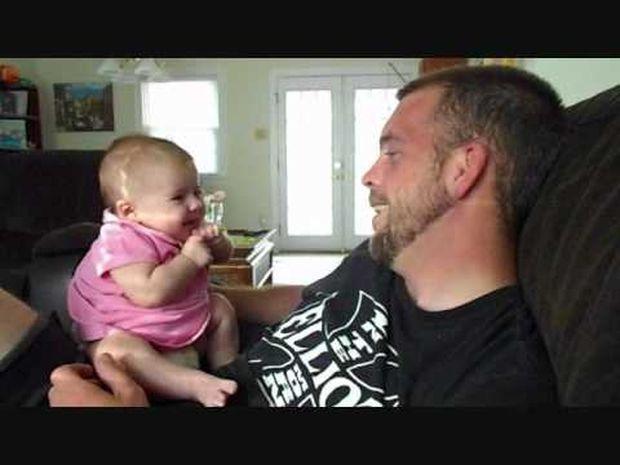 Υπέροχο! Δείτε το 2 μηνών κοριτσάκι που λέει «σ' αγαπώ» στον μπαμπά του! (video)