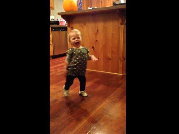 Το κοριτσάκι μιμείται με τον πιο αστείο τρόπο πώς περπατάει η έγκυος μαμά του! (video)
