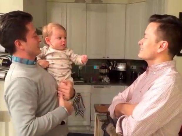 Δείτε την ξεκαρδιστική αντίδραση του μικρούλη όταν βλέπει το δίδυμο αδερφό του μπαμπά του! (video)