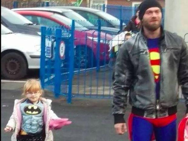 Η μικρούλα ντρεπόταν να πάει σχολείο ντυμένη Μπάτμαν, αλλά ο μπαμπάς της βρήκε τη λύση! (photo)