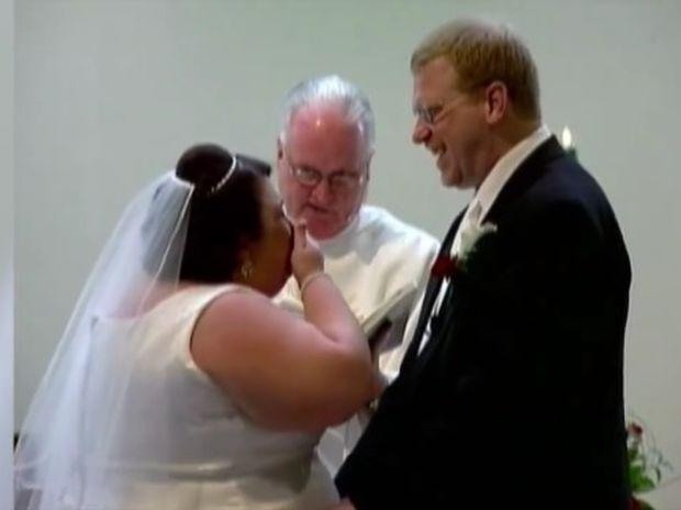 Ο γάμος της χρονιάς! Δείτε τη νύφη που την πιάνει νευρικό γέλιο! (video)