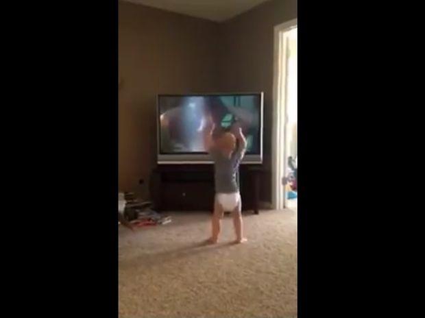 Ξεκαρδιστικό! Ο μπόμπιρας προπονείται σαν τον Ρόκυ! (video)