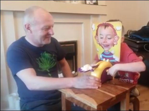 Ξεκαρδιστικό! Το πιο αστείο παιχνίδι για μικρούς και μεγάλους! (video)