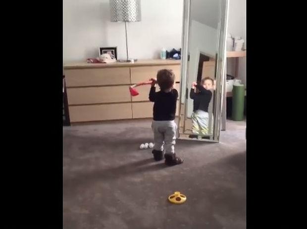 Ο μπόμπιρας προσπαθεί να τελειοποιήσει την τεχνική του στο γκολφ! (video)