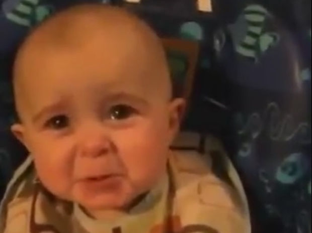 Απίστευτο! Το μωράκι κλαίει κάθε φορά που η μαμά του τραγουδάει αυτό το τραγούδι! (video)