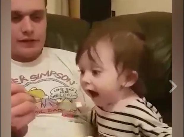 Το μωράκι θέλει πολύ να φάει παγωτό! (video)