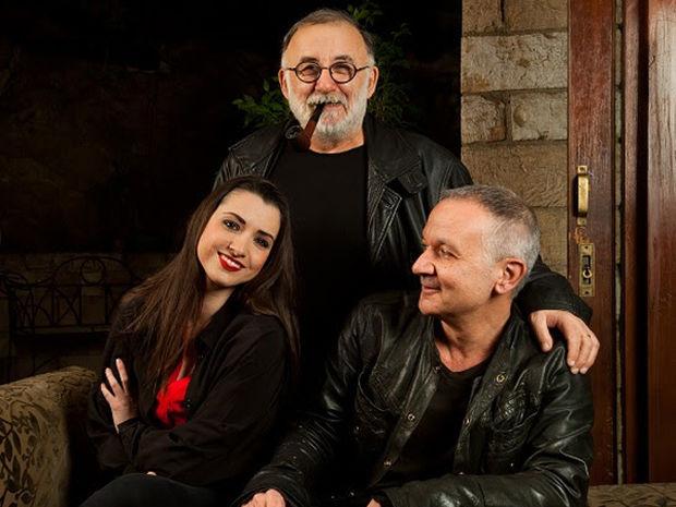 Ο Θάνος Μικρούτσικος και ο Χρήστος Θηβαίος στο Γυάλινο Μουσικό Θέατρο