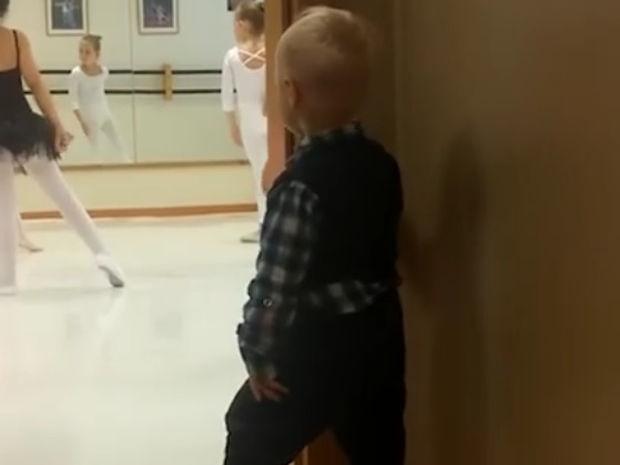 Ο μπόμπιρας είναι ο επόμενος Billy Elliot! (video)