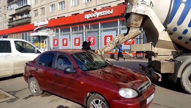 Ο θυμωμένος σύζυγος γέμισε το αμάξι της συζύγου του με τσιμέντο (video)