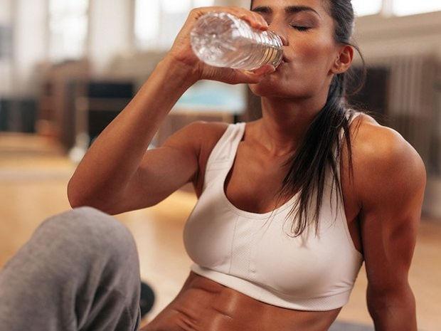 Δεν πίνεις αρκετό νερό; Δες τρεις βασικούς τρόπους για να το καταφέρεις
