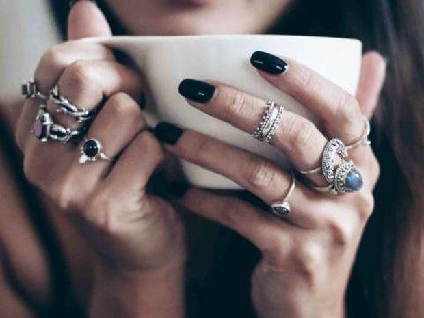 Τα 2 χρώματα στο μανικιούρ, ιδανικά για σένα που σ' αρέσει να φοράς πολλά δαχτυλίδια