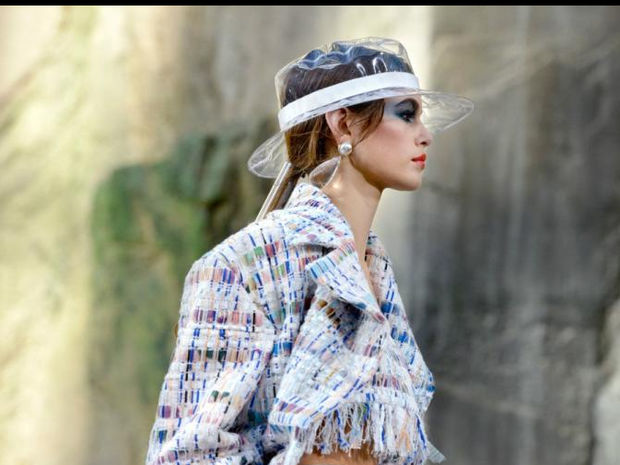 Η εξωφρενική τιμή ενός πλαστικού καπέλου Chanel