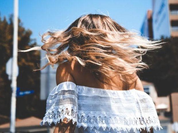 Hair inspo: Εύκολα χτενίσματα για να υποδεχθείς τον Ιούνιο