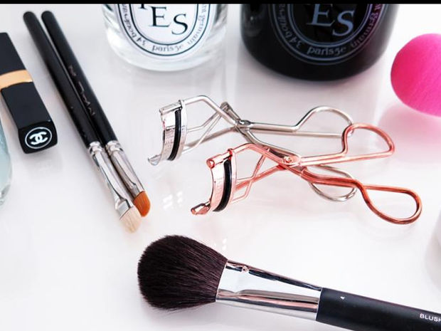 """Τα """"έξυπνα"""" εργαλεία μακιγιάζ που κάνουν πιο εύκολη τη ζωή σου"""