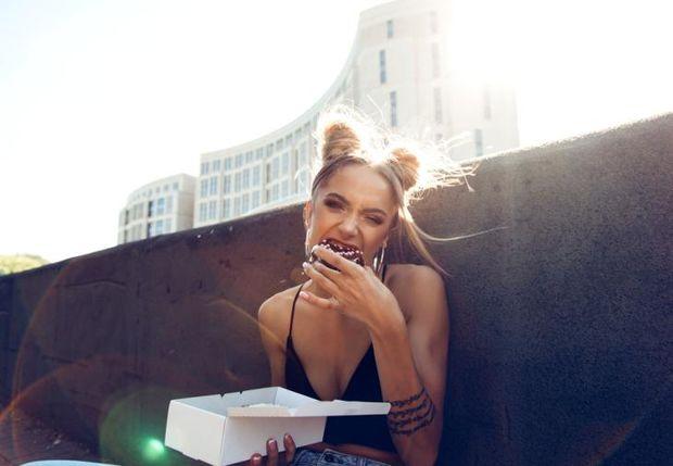 Σαββατοκύριακο μεσ' την κραιπάλη; 3 tips διατροφολόγου για να μην σου στοιχίσει σε κιλά