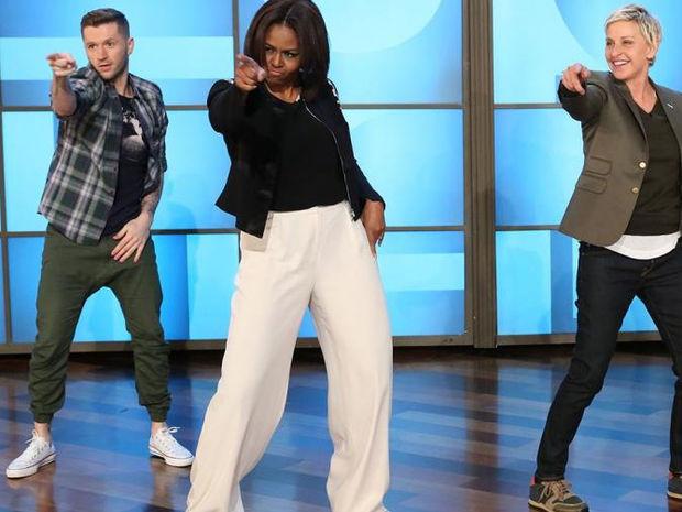 Η Μισέλ Ομπάμα με κοντό σορτσάκι χορεύει σε συναυλία της Beyoncé